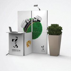 Ścianka reklamowa z żywymi roślinami i trybunką